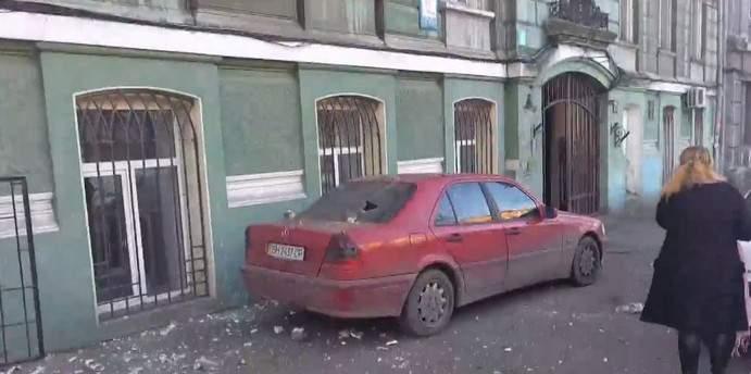В Одессе отвалился кусок балкона и разбил автомобиль (фото)