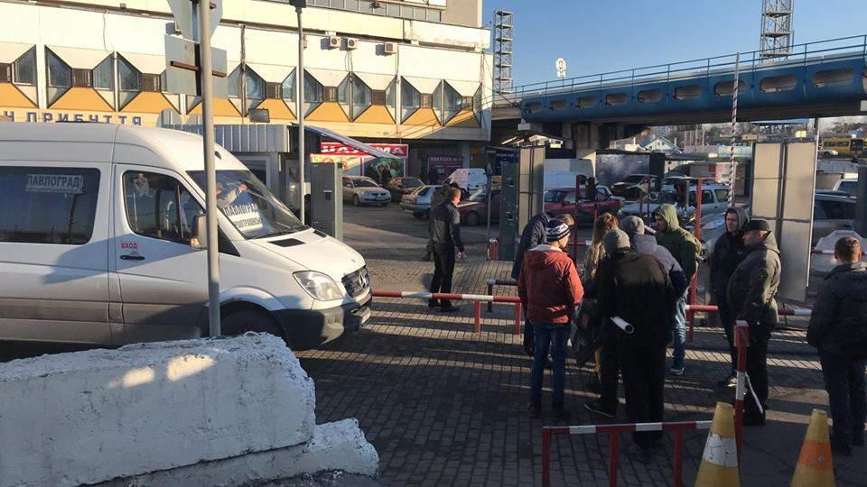 В Днепре побратимы бойца АТО заблокировали автовокзал из-за отказа в льготном проезде (фото)