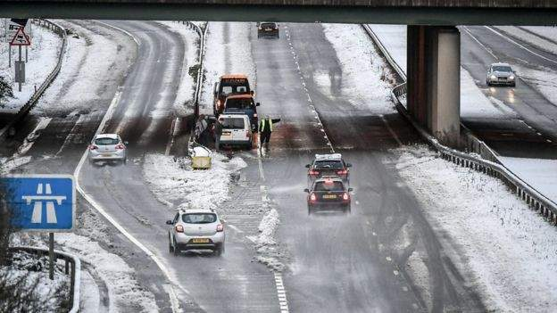 Великобританию засыпало толстым слоем снега (фото)