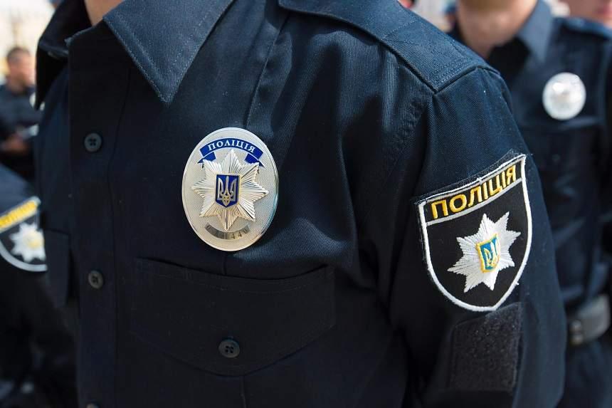 В Киеве неизвестные в шапочках Деда Мороза разгромили