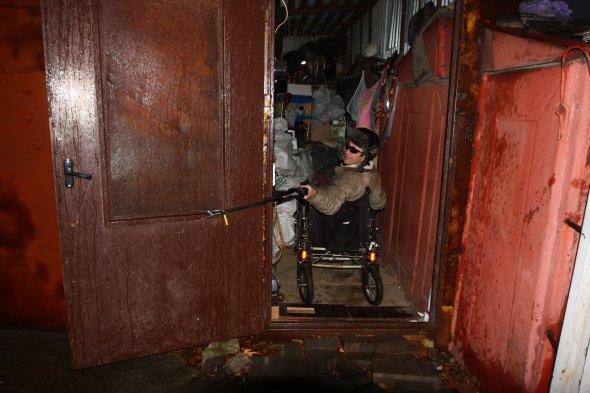 Украинец ценной собственной жизни стоял на Майдане и потерял ноги, а сейчас никому не нужен и живет в гараже
