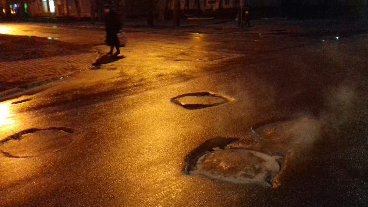 В Харькове из-за неправильно установленных люков страдают водители (фото)