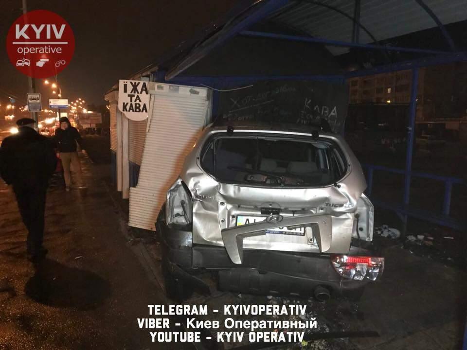 В столице эвакуатор разбил два авто (Видео)