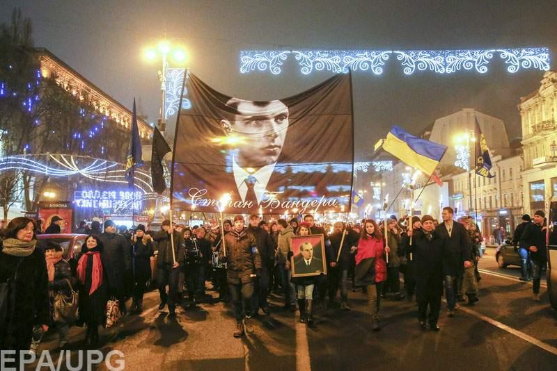 В Киеве стартовало факельное шествие в честь 109-й годовщины со дня рождения Степана Бандеры (видео)