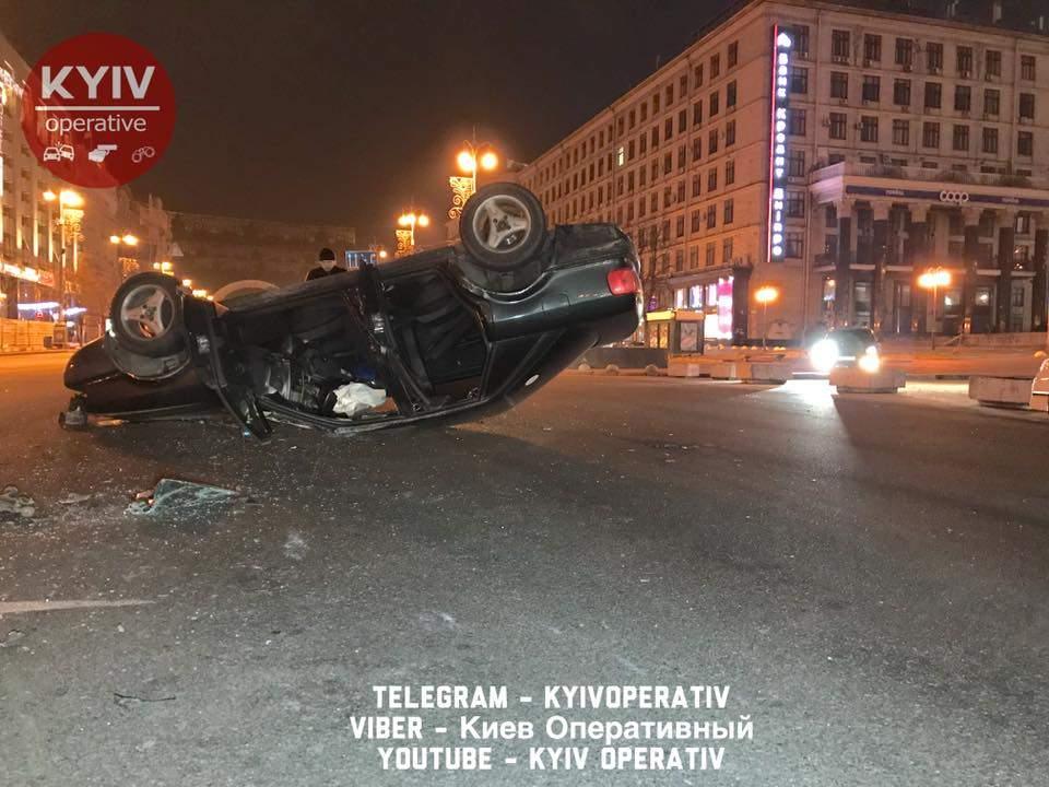 В результате столичного ДТП авто перевернулось на крышу (Видео)
