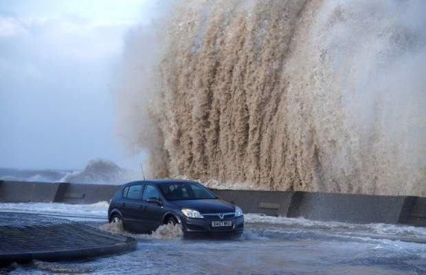 Высокие волны и наводнения: Франция и Великобритания пострадали от опасного шторма (фото)