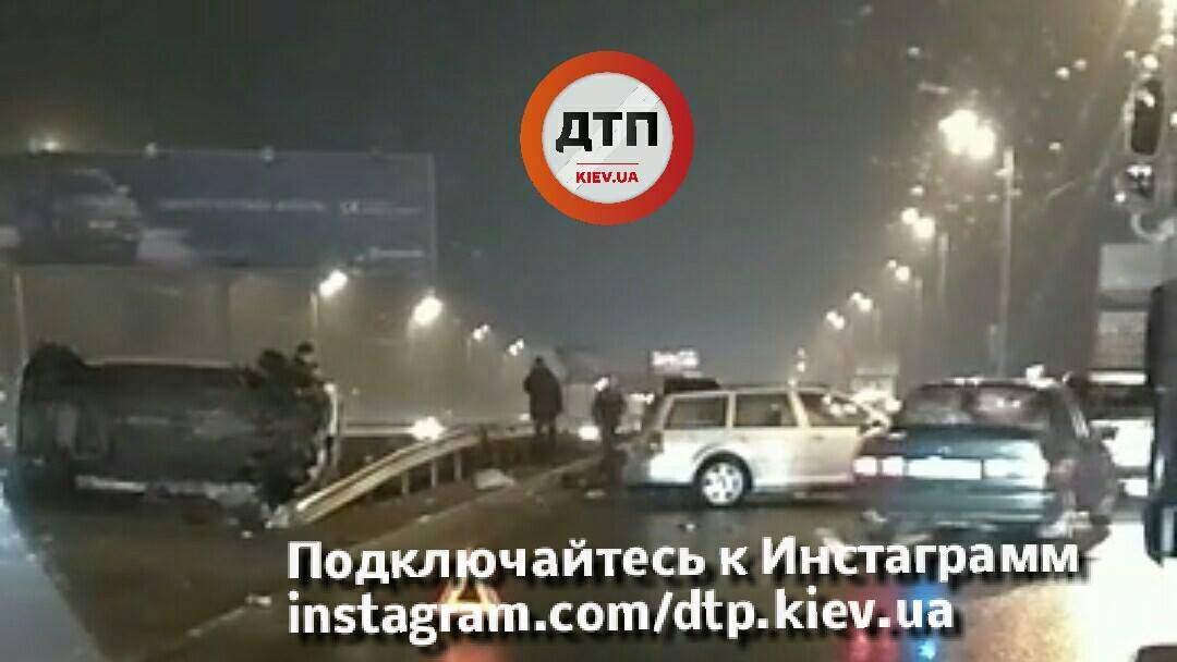 В Киеве произошло серьезное ДТП с опрокидыванием: есть пострадавшие (фото)
