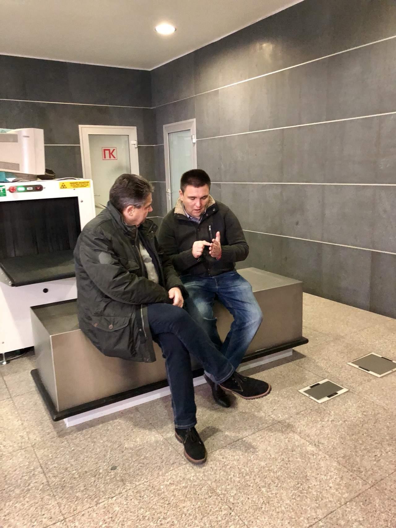 Глава МИД ФРГ отложил рабочий визит на Донбасс из-за плохой погоды (фото)