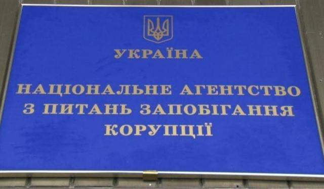 На Львовщине мэр Комарно незаконно премировал себя и работников