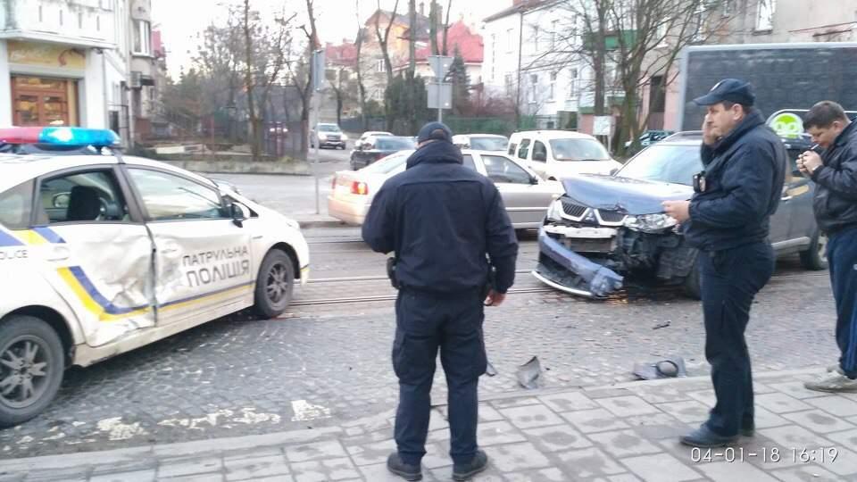 Во Львове джип протаранил автомобиль патрульной полиции (фото)