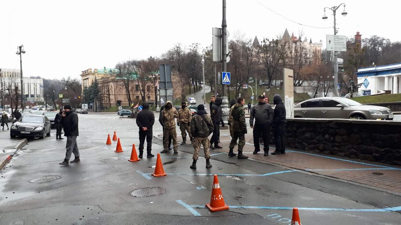 Под офисом Саакашвили в Киеве собрались люди в военной форме (фото)