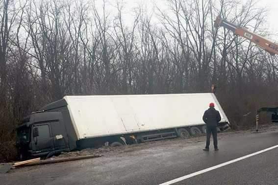 В Полтавской области на трассе опрокинулась грузовая фура (фото)
