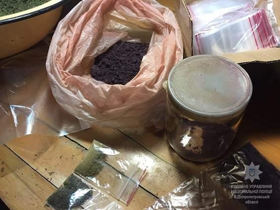 В Днепропетровской области в ходе обысков  полицейские изъяли наркотиков на сумму 3 миллиона гривен (Фото)