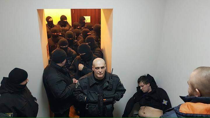 В ходе суда по делу о столкновениях под ВР произошла драка: Нардеп от удара потерял сознание (Фото)