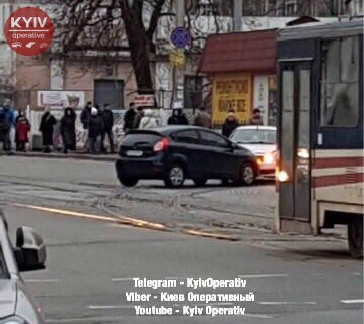 В столице участники ДТП перекрыли движение трамваев (Фото)
