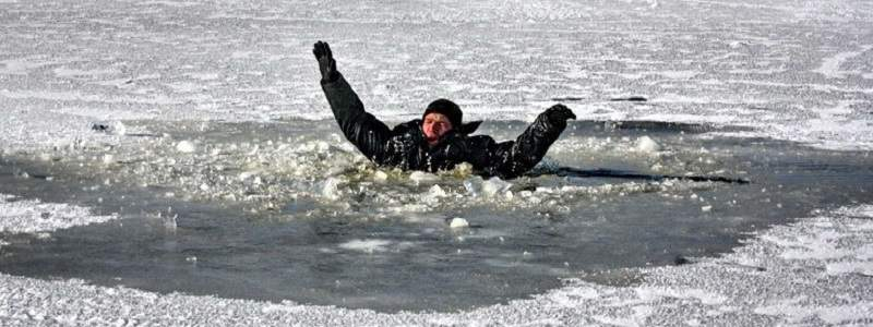 На Киевщине под лед провалились несколько человек