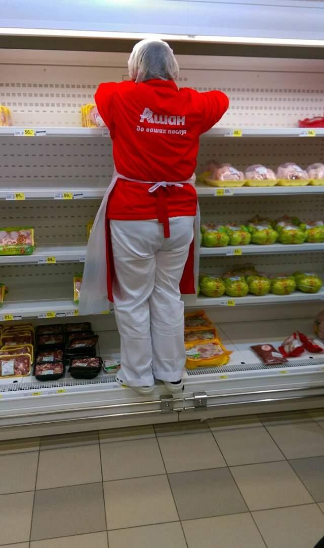 В харьковском гипермаркете продавец в обуви залезла на полочки с продуктами (Фото)