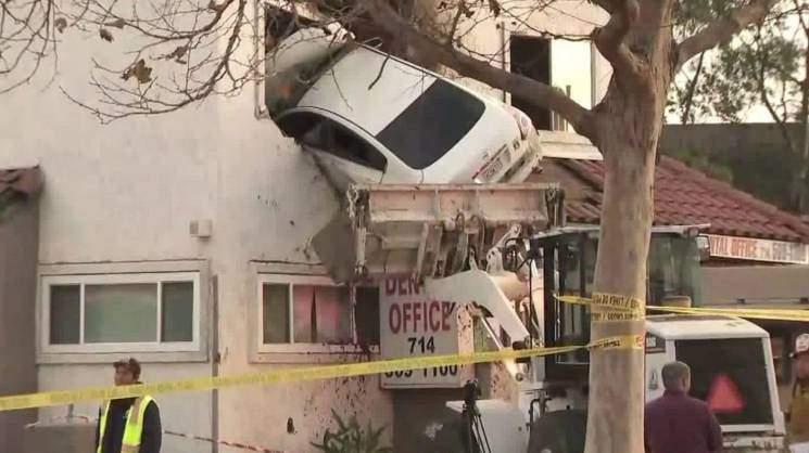 В США водитель-наркоман въехал в отбойник: от удара авто отбросило на второй этаж здания (видео)
