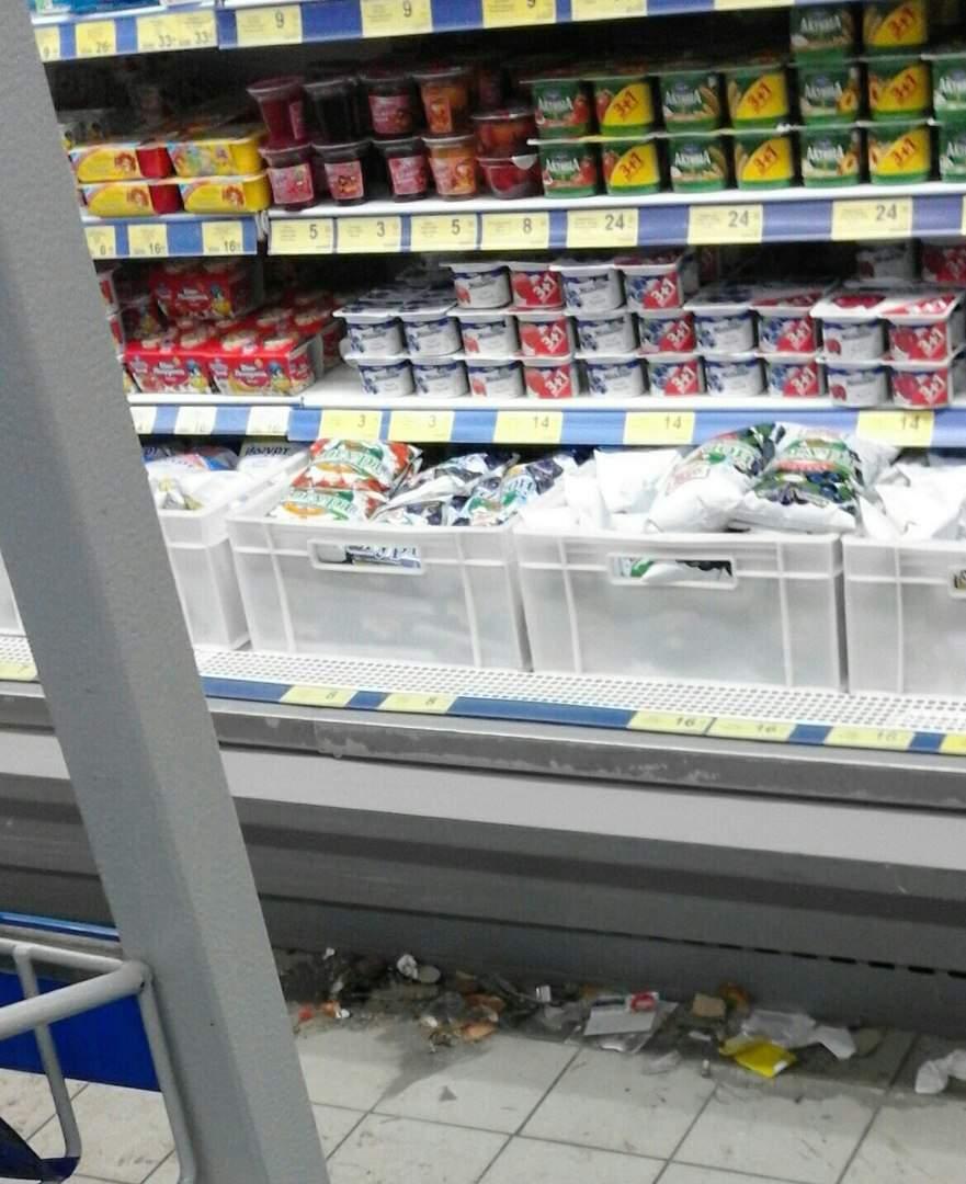 Грязь и бумажки: Один из харьковских супермаркетов заполоняет мусор (Фото)