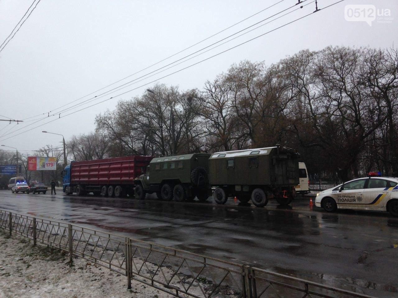 В Николаеве произошло ДТП с участием фуры и колонны военной техники (Фото)