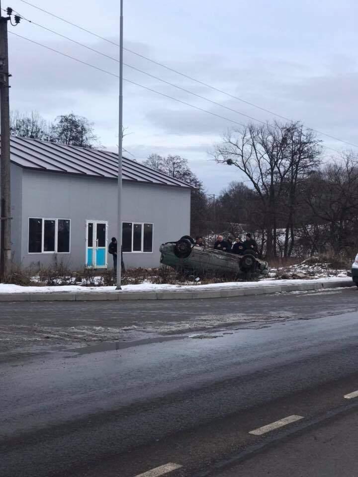 Во Львовской области произошло серьезное ДТП с опрокидыванием (фото)