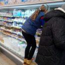 В Сумах продавцы супермаркета АТБ  ходят в обуви по прилавкам с продуктами