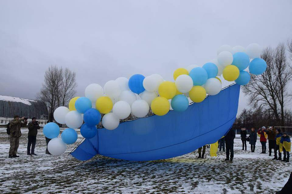 В небе над Луганщиной появился украинский флаг (Фото)