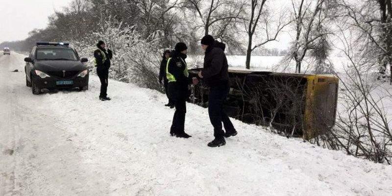 На заснеженной трассе Днепр-Николаев произошло ДТП при участии пассажирского автобуса (фото)