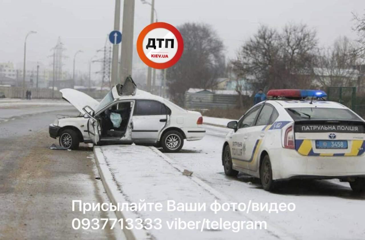 В Одессе на скользкой дороге автомобиль въехал в столб: водитель в тяжелом состоянии (фото)