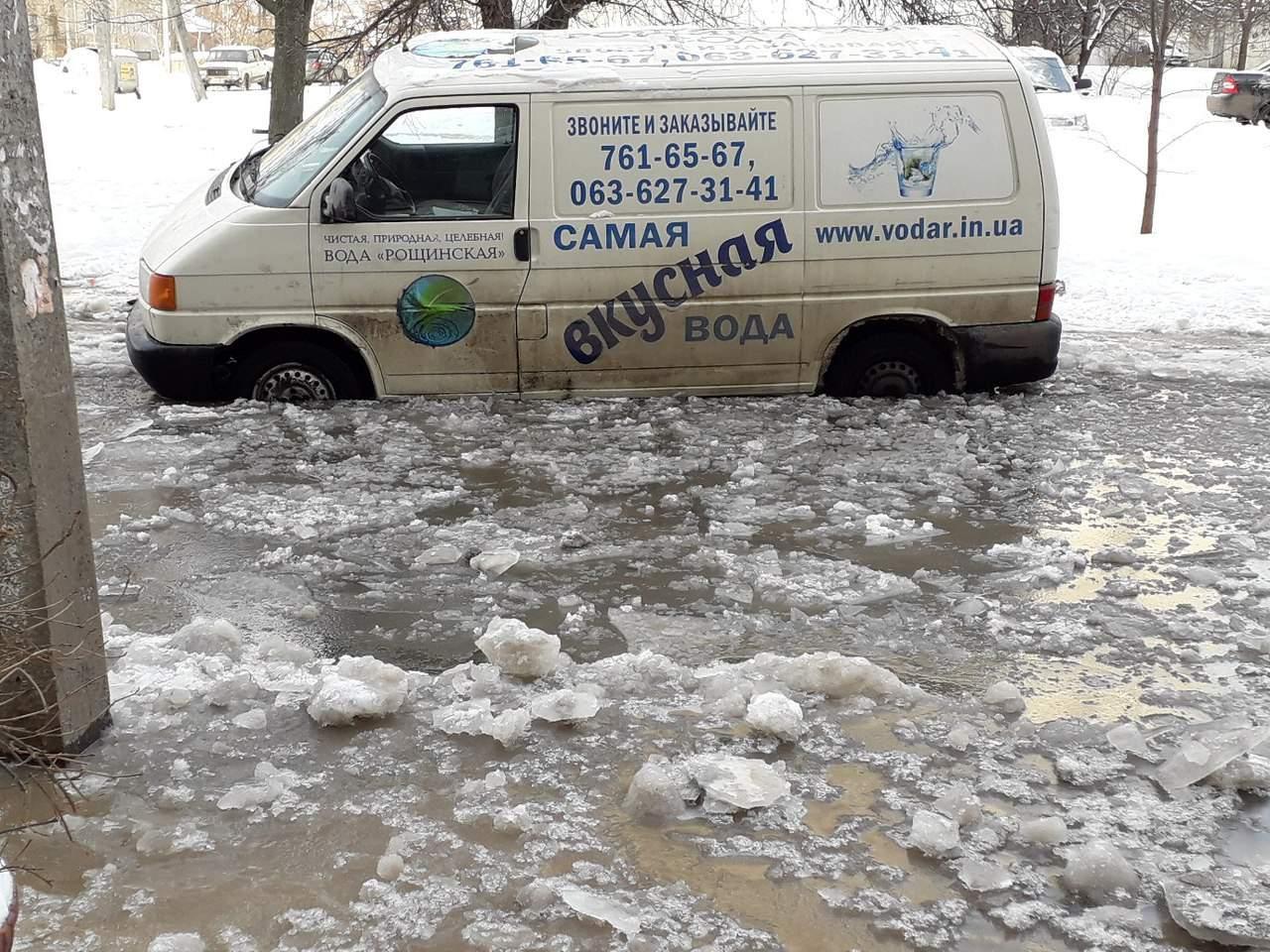 В Харькове   автомобилям приходится плавать по дороге (Фото)