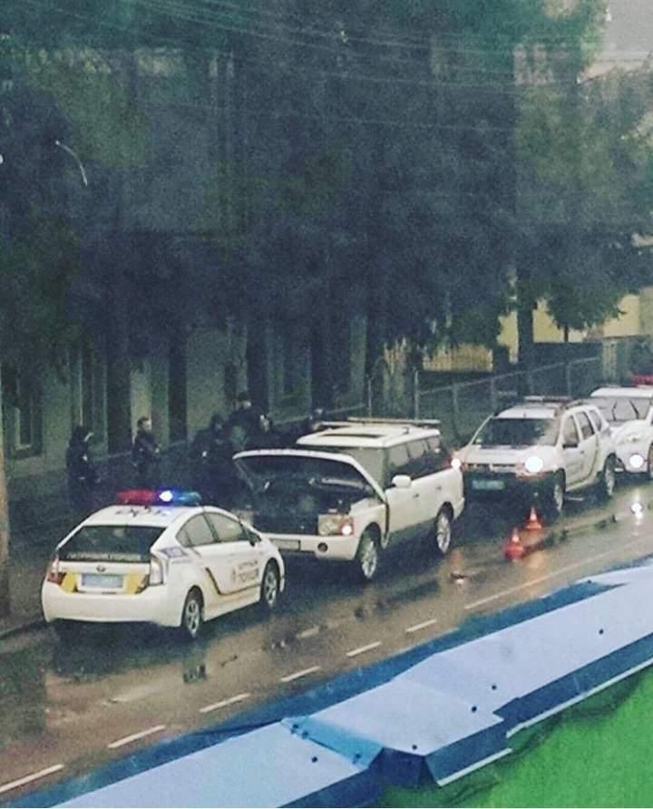 В Ровно полицейские остановили автомобиль с полным багажником оружия