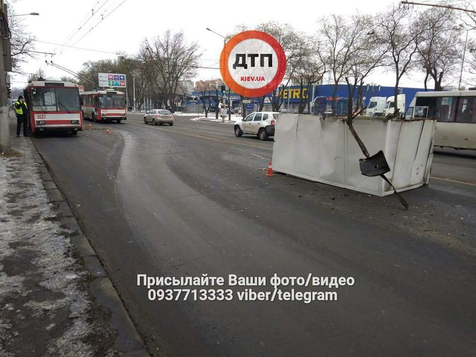 В Николаеве  Газель врезалась в троллейбус, из которого выходили люди на остановке (фото)