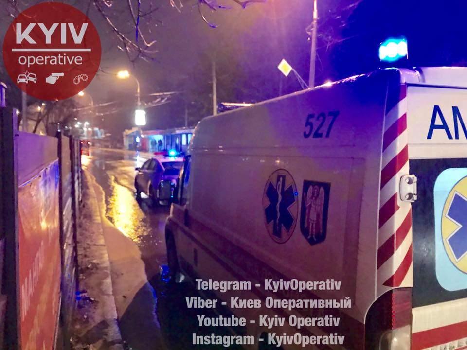 В Киеве автомобиль Chevrolet  сбил пожилую женщину (фото)