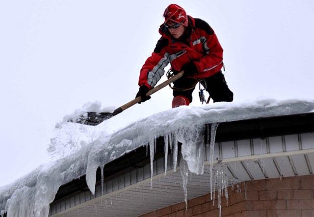 Как почистить крышу от снега?