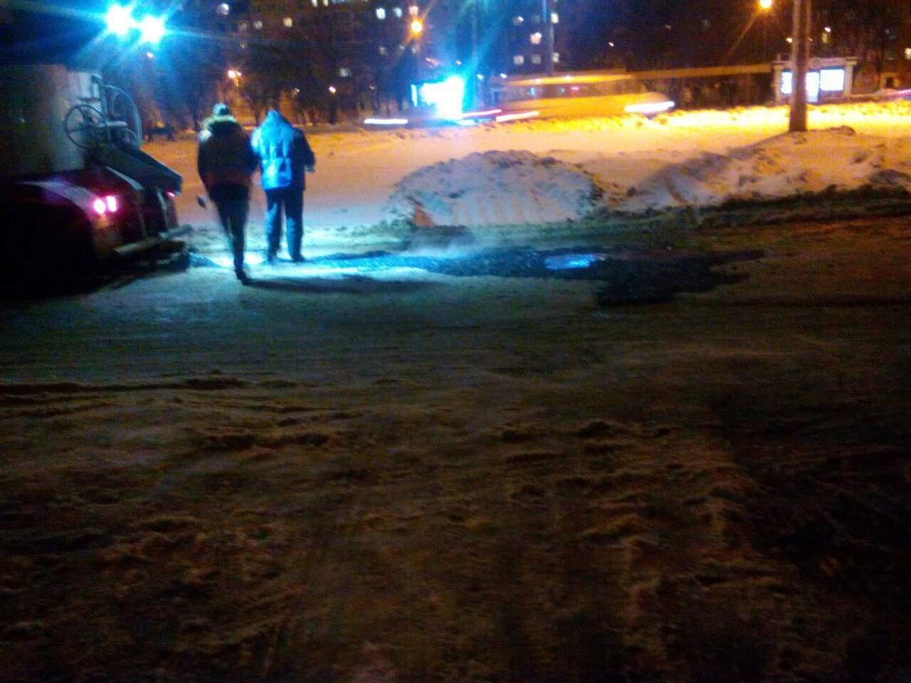 В Харькове коммунальщики укладывают асфальт поверх снега