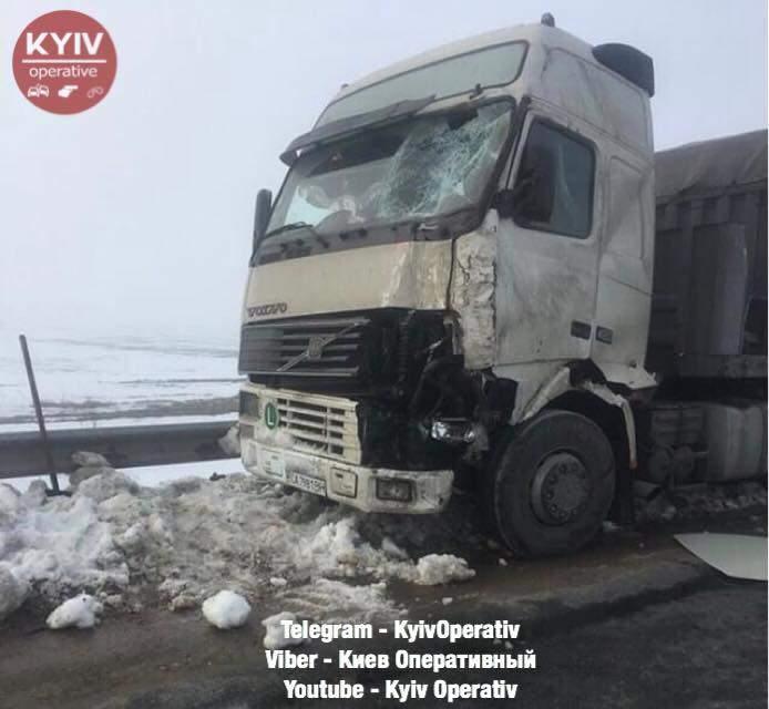 Смертельное ДТП на трассе Киев-Одесса: под колесами грузовой фуры погиб мужчина (фото)