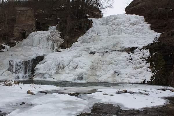 На Тернопольщине мистический Джуринский водопад покрылся льдом (фото)