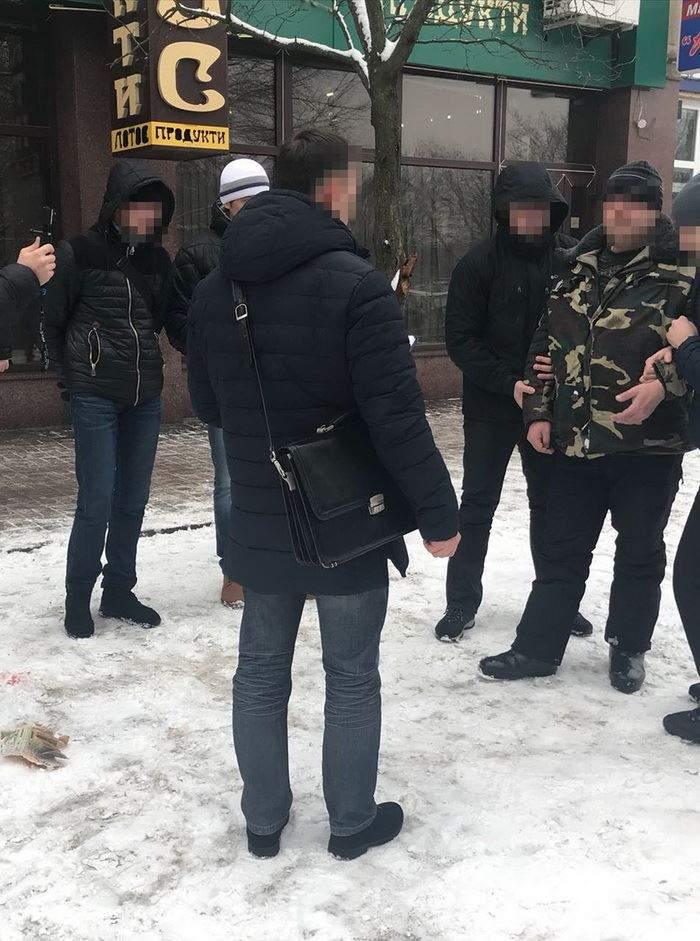 Сотрудники СБУ разоблачили на взятке действующего и двух бывших правоохранителей