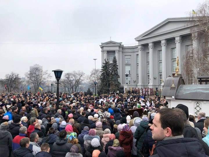 Архимандрит УПЦ МП обратился во все инстанции с просьбой зашить храм от радикалов