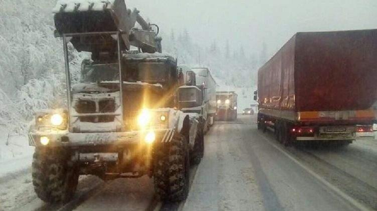 В Закарпатской области из-за сильного снегопада обесточено 19  населенных пунктов, затруднено движение автомобиллей