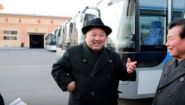 Ким Чен Ын прокатился по ночному Пхеньяну в новом троллейбусе