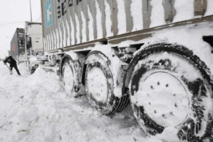Из-за непогоды трасса Киев-Чоп заблокирована грузовиками