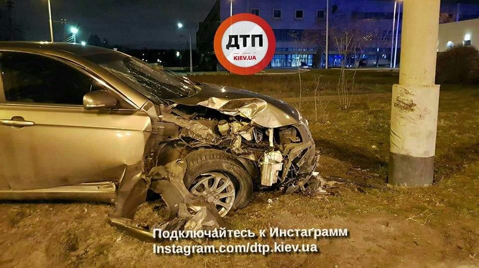 В столице автомобиль разбился о столб (Фото)