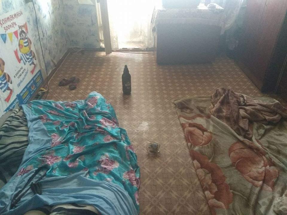 В Одессе троих маленьких детей обнаружили в притоне среди грязи и мусора (Фото)
