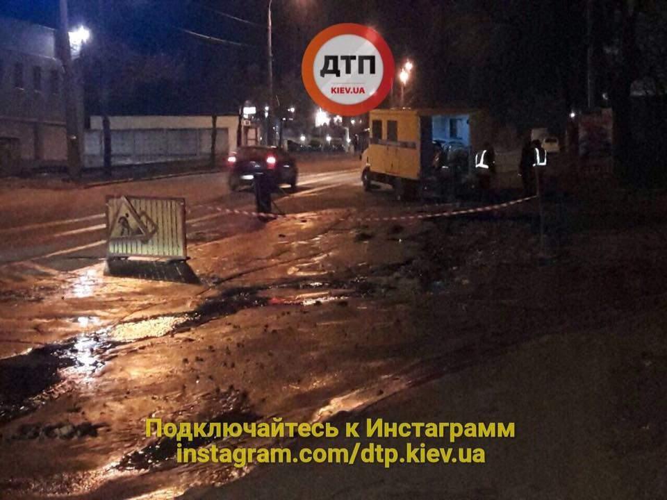 Прорыв трубы в Киеве: Большая часть улицы во льду (Фото)