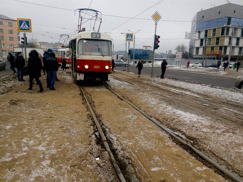 В Харькове подросток едва не погиб под колесами трамвая (фото)