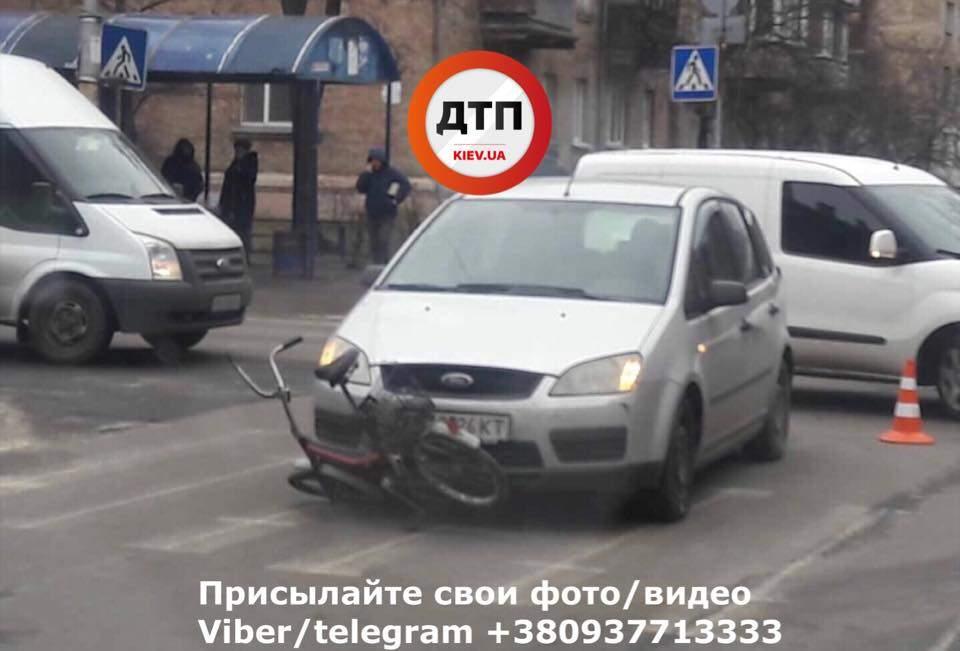 В Киеве на перекрестке произошло вело ДТП, есть пострадавшие