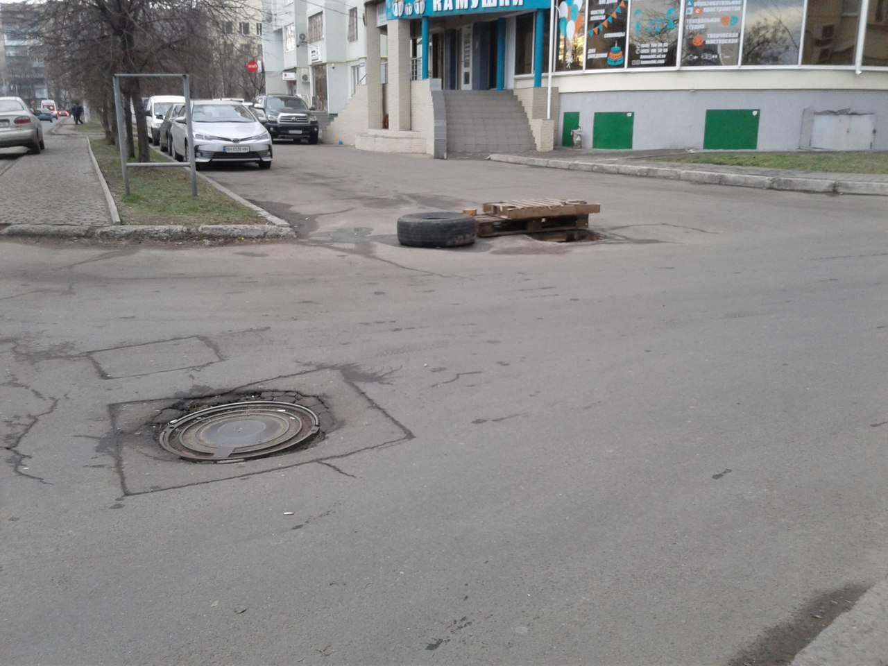 В Одессе смотровые колодцы находятся в аварийном состоянии (Фото)