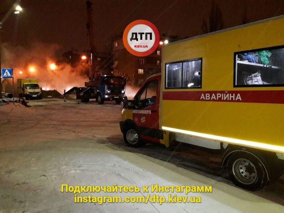 В Киеве вновь парует асфальт - прорвало теплотрассу (Фото)