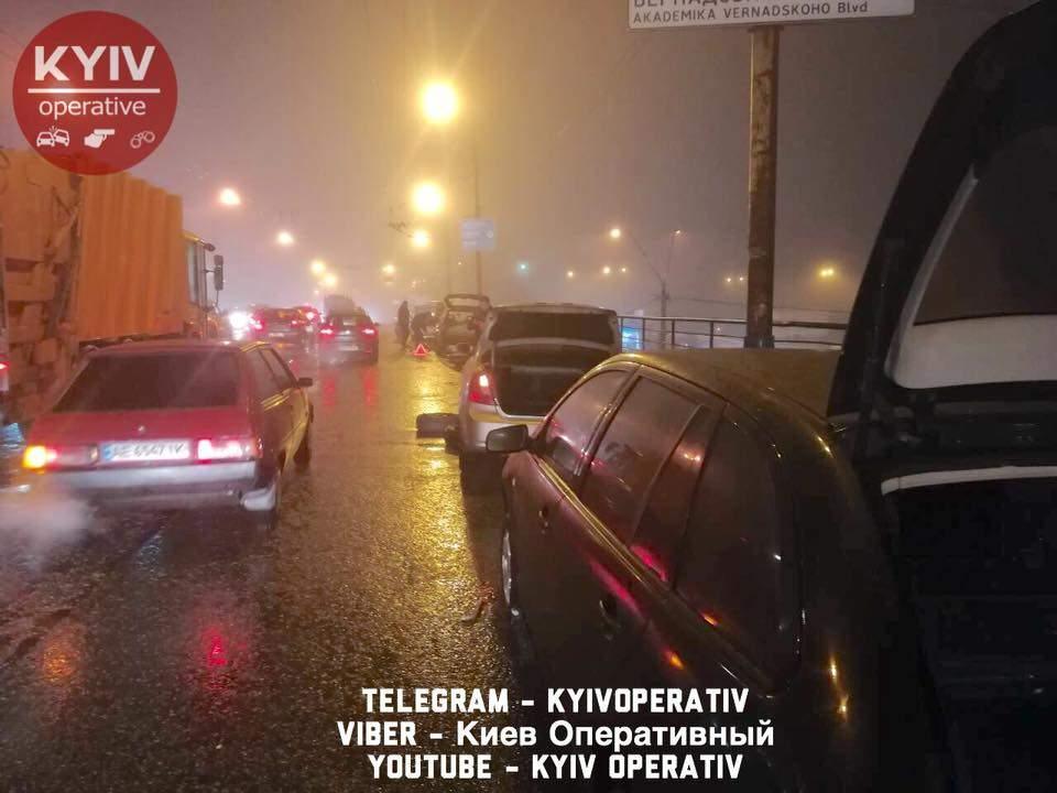 На Шулявском путепроводе образовалась огромная яма, 7 автомобилей погнули колесные диски и порвали резин (фото)
